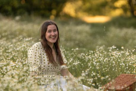 Zomers portret in wilde bloemen veldje tijdens het gouden uurtje