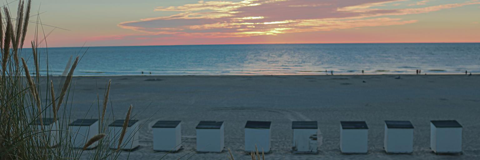 srand huisjes - strand burch haamstede - foto door Aaddevogel op 14-04-2021 - locatie: 4328 Burgh-Haamstede, Nederland - deze foto bevat: strand, zee, avond, zons ondergang, strandhuisjes, burch haamstede, zeeland, wolk, lucht, water, atmosfeer, licht, azuur, nagloeien, schemer, zonlicht, strand