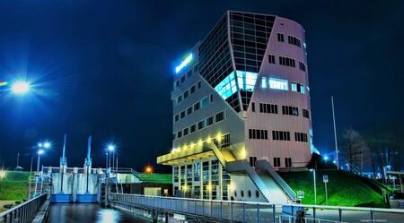 Opleidingen - Noorderpoort college Energy & Maritime opleidingen in Delfzijl - foto door p.smink op 10-04-2021 - locatie: Delfzijl, Nederland - deze foto bevat: gebouw, lucht, licht, blauw, verlichting, straatlantaarn, torenblok, fabriek, stadsgezicht, stad