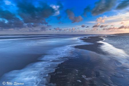 Wave - Lange sluitertijd opname  van de branding aan het Westlandse strand. - foto door UlbeSpaans op 11-04-2021 - locatie: Westland, Nederland - deze foto bevat: zee, kust, strand, eb, tij, branding, zand, horizon, wolk, water, lucht, watervoorraden, atmosfeer, dag, blauw, azuur, natuurlijke omgeving, natuurlijk landschap