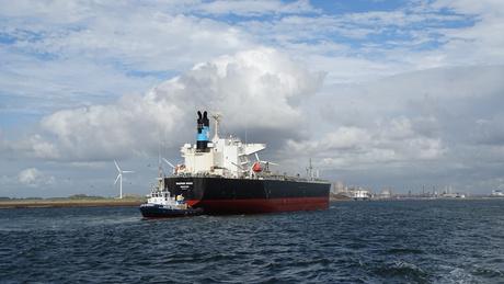 De Maersk Maru wordt gesleept.