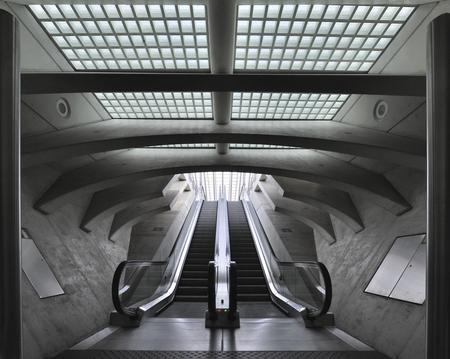 Exit - Roltrappen naar perron, Station Guillemins - foto door silentnelis op 03-05-2021 - deze foto bevat: #luik, #station guillemins, roltrap, armatuur, trap, architectuur, stijl, zwart en wit, lijn, symmetrie, stad, tinten en schakeringen