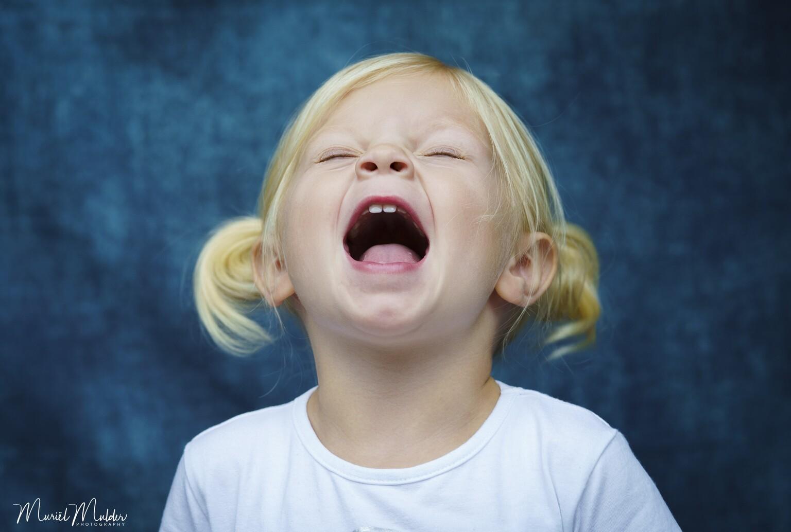 """Saar - Saar zingt """"Let it gooooooo"""" van de Disney film Frozen. - foto door Justmuur op 15-04-2021 - deze foto bevat: portret, portretfotografie, kind, kindmodel, meisje, kleuter, lachen, zingen, kleding, neus, wang, lip, wimper, flitsfotografie, oor, kaak, gelukkig, gebaar"""