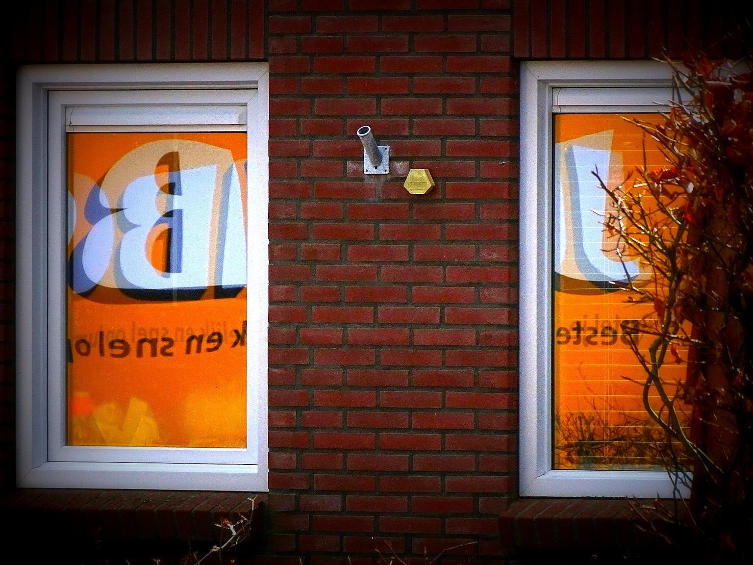 24 uurs economie - Thuisbezorgt. - foto door jan.pijper op 15-04-2021 - locatie: 9909 Spijk, Nederland - deze foto bevat: bruin, venster, hout, amber, oranje, armatuur, rechthoek, fabriek, verlichting, steen
