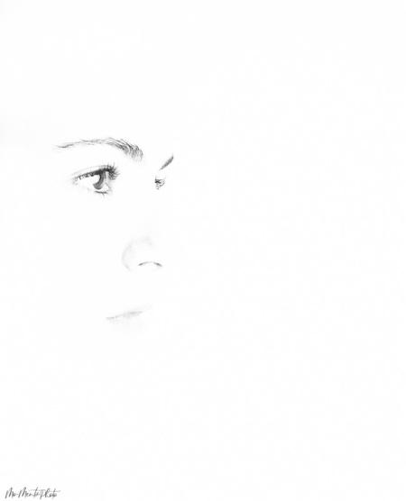 Minimaal Highkey  - Een minimalistisch highkey portretfoto  - foto door MonicadeJong op 08-04-2021 - locatie: 4213 Dalem, Nederland - deze foto bevat: portret, highkey, zwart wit, studio, flitsers, licht, b&w, minimalistisch, wimper, kaak, oor, gebaar, flitsfotografie, kunst, geen uitdrukking, gelukkig, monochrome fotografie, monochroom