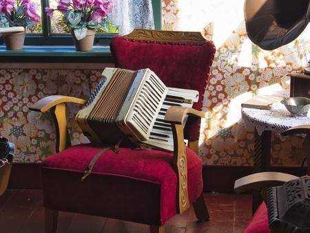 een mooi muziekinstrument - De foto is gemaakt in het Veen museum in Drenthe - foto door walterl op 09-04-2021 - locatie: Veen museum drenthe - deze foto bevat: muziek, eigendom, meubilair, interieur ontwerp, purper, textiel, comfort, verlichting, woonkamer, hout, fabriek