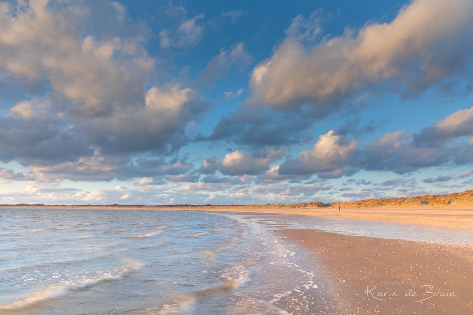 Summer Breeze! - T ziet eruit als een zomerse dag, maar dat was het zeker niet. Bevroren tot het bot na een uurtje strand. - foto door KarindeBruin op 16-04-2021 - locatie: 3235 Rockanje, Nederland - deze foto bevat: water, strand, golven, duinen, zon, wolken, wind, voorne putten, zuid holland, wolk, water, lucht, atmosfeer, watervoorraden, azuur, vloeistof, strand, natuurlijk landschap, zonlicht