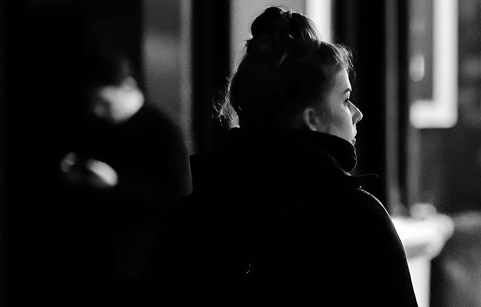 Wachten ..... - ..... voor de avondklok zag  deze vrouw wachten bij Bram Ladage op haar bestelling,  ik zag  het mooie licht rechts op haar gezicht schijnen, en heb  - foto door f.arts1 op 11-04-2021 - locatie: Bagijnhof, 3311 NP Dordrecht, Nederland - deze foto bevat: kapsel, flitsfotografie, zwart en wit, jas, monochrome fotografie, monochroom, duisternis, straatmode, weg, pret