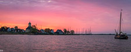 Durgerdam - Durgerdam. Durgerdam, panorama opname tijdens zonsopkomst. Hartelijk bedankt voor jullie fijne reacties, stemmen en complimenten bij mijn vorige uplo - foto door brohet op 15-04-2021 - deze foto bevat: wolk, water, lucht, nagloeien, rode lucht 's ochtends, meer, zonlicht, zonsondergang, natuurlijk landschap, schemer