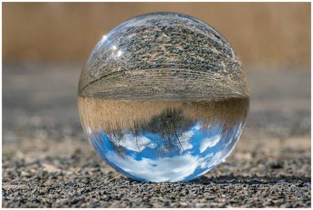 Wolken - Eerste poging met glazen bol - foto door fred-stevenson op 22-04-2021 - deze foto bevat: glazen bol, vintagelens, landschap, water, vloeistof, natuur, vloeistof, presse-papier, werf globe, ornament, kerst versiering, elektrisch blauw, hout