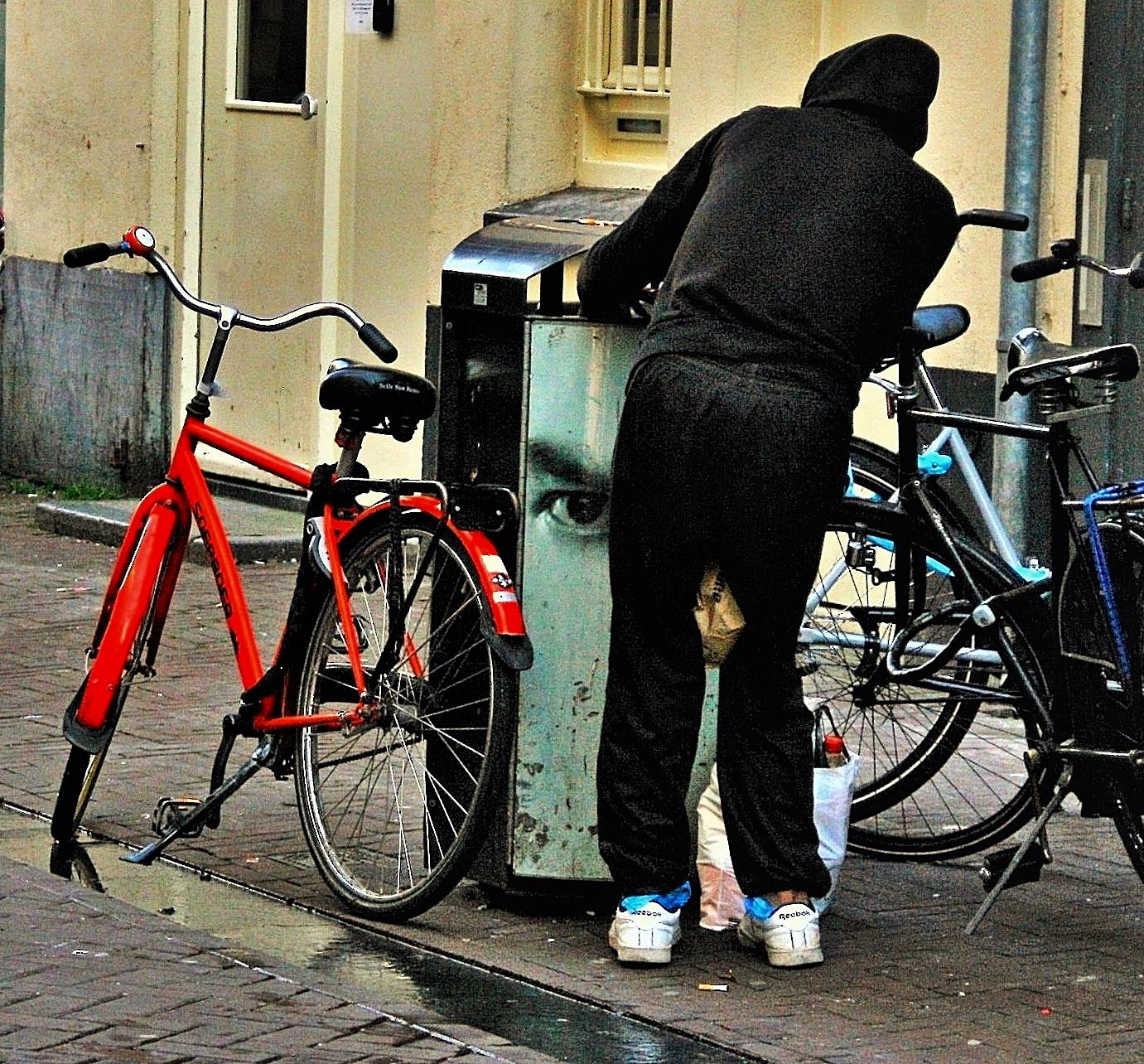 Ik zie je wel!! - Deze jongen zocht iets tussen het afval.....vlak naast de FEBO........ 😒  Ik raad iedereen aan om zowel bij Ontdek als bij Volgend te kijken anders  - foto door MaryBruijn op 15-04-2021 - locatie: Amsterdam, Nederland - deze foto bevat: jongen, fiets, afvalbak, oog, fiets, wiel, band, landvoertuig, fietswiel, fietsen - uitrusting en benodigdheden, fietsvelg, crankstel, fietsband, fietsframe