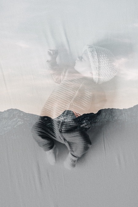 Dreaming of mountains. - Double exposure.  https://www.facebook.com/ShotByCanipel/ https://www.instagram.com/canipel/ - foto door canipel op 16-04-2021 - locatie: Beringen, België - deze foto bevat: double exposure, canon, bergen, baby, creatief, art, perspectief, fotografie, compositie, new born, born, hoofd, wimper, gebaar, grijs, veer, kunst, vleugel, takje, bruids accessoire, modeaccessoire