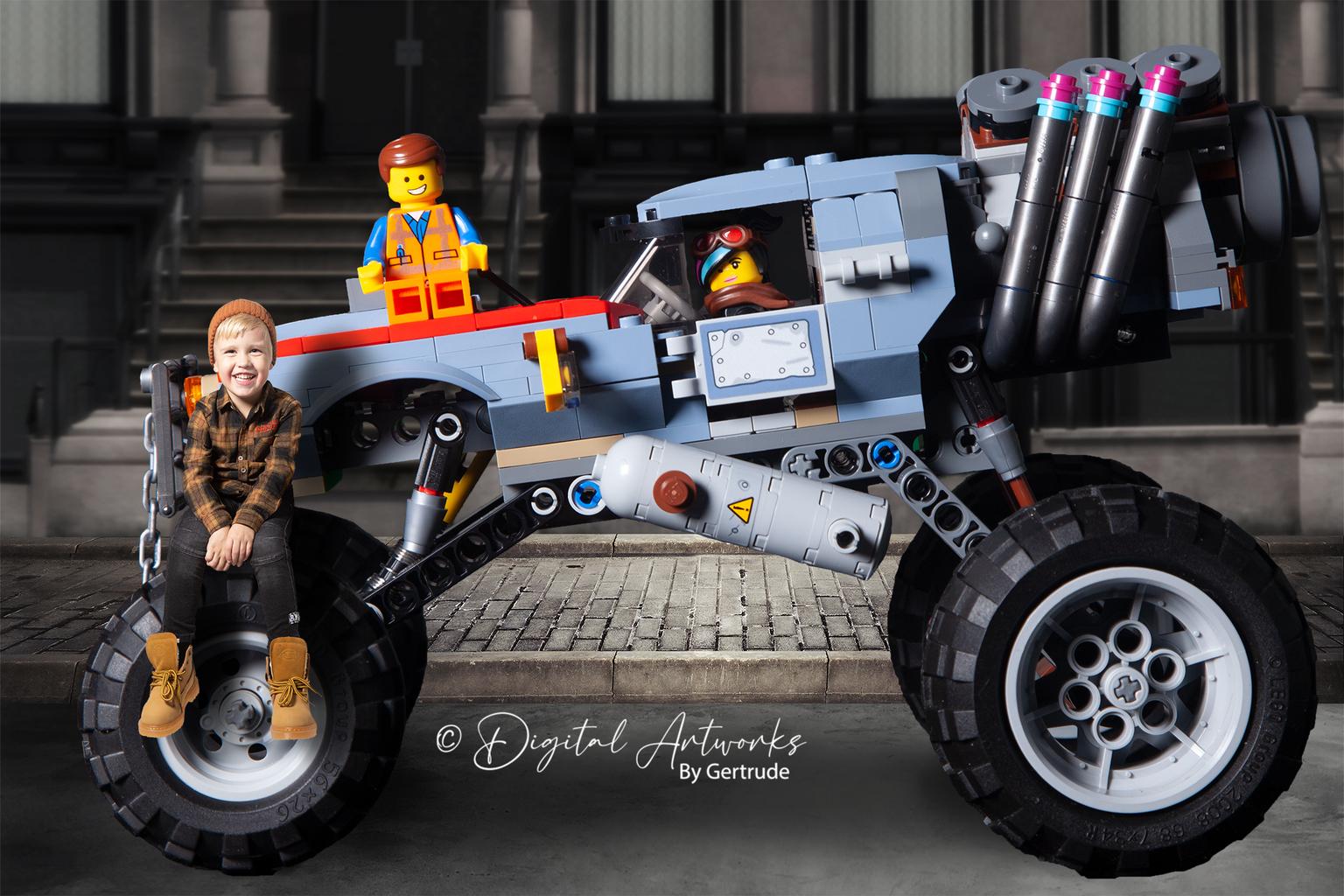 Samen met Emmeth en Lucy op de Buggy - Aryen draait de Lego Film helemaal grijs (voor zover dat digitaal nog gaat) en wilde graag samen met zijn helden op de foto. Nou dan regelen we dat t - foto door LegoUniverseAryen op 15-04-2021 - deze foto bevat: band, wiel, autoband, motorvoertuig, betreden, automotive ontwerp, voertuig, fender, rand, automotive buitenkant