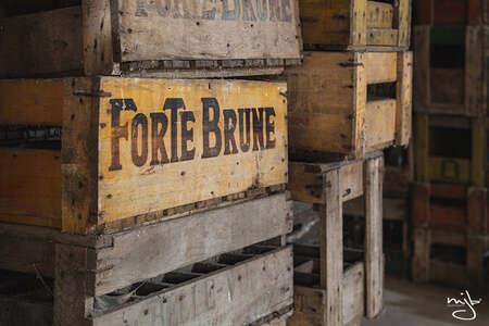 Forte Brune - Verlaten brouwerij - foto door MariekeMjB op 08-04-2021 - locatie: België - deze foto bevat: urbex, urban, oud, verlaten, brouwerij, licht, schaduw, kleur, hout, venster, huis, steen, lettertype, gas, gebouw, tinten en schakeringen, landschap, beton