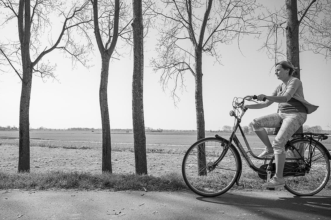 Fietsen - fietsen in de lentezon! - foto door karindevries57 op 07-04-2021 - deze foto bevat: fiets, nikon z6, polder, lente, vrouw, zwartwit, fietsen, fiets, wiel, band, fietsen - uitrusting en benodigdheden, fietswiel, fietsframe, fabriek, fietsstuur, fietsband, autoband