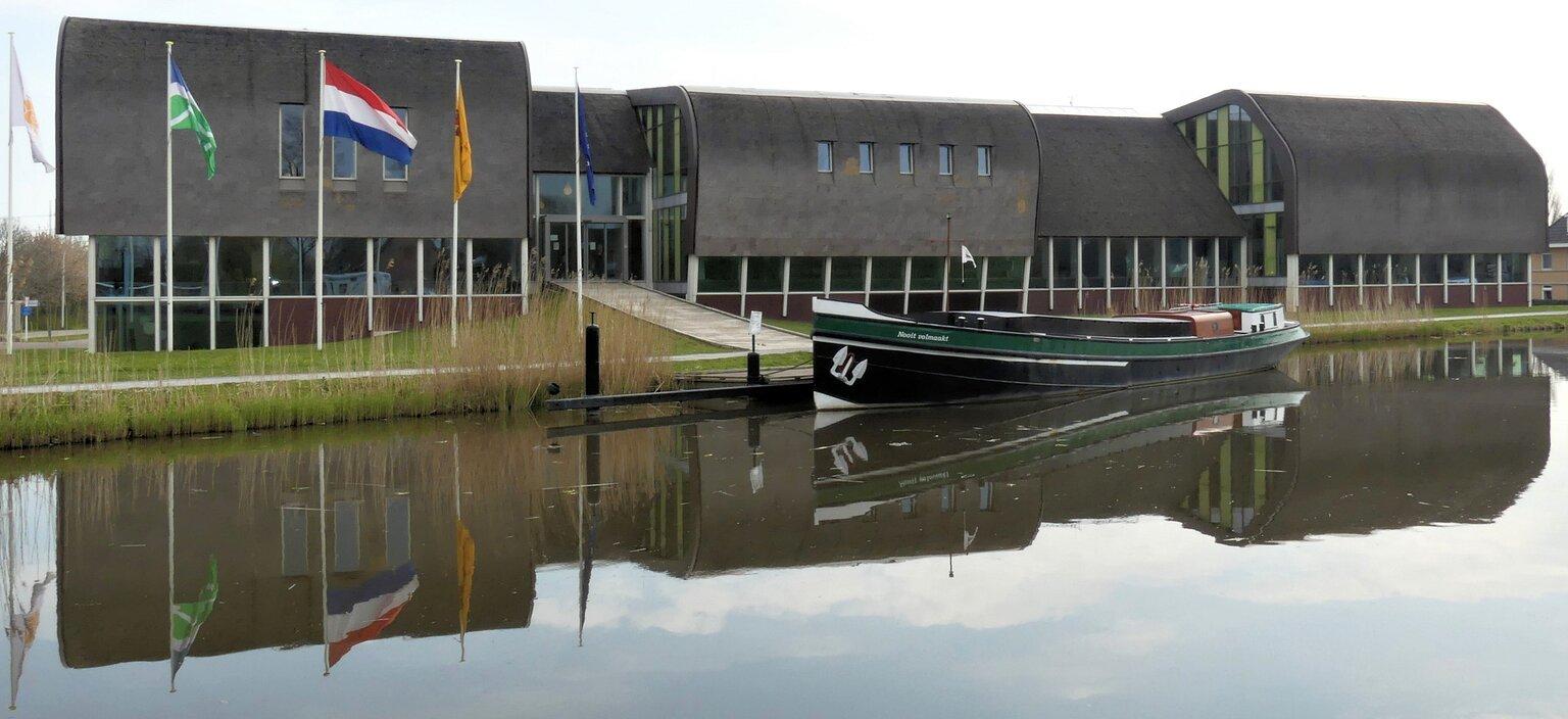 P1140644  Schipluiden Engelandvaarder  NOOIT VOLMAAKT uit 1917  foto 19 april 2021  - Hallo Zoomers . GROOT kijken . Vandaag Bevrijdings dag en dat wil ik even aantonen met deze compo die ik maakte op 19 april 2021 . Ik sta voor het Ge - foto door jmdries op 05-05-2021 - locatie: 2636 Schipluiden, Nederland - deze foto bevat: engelandvaarder, water, lucht, boot, waterscooters, voertuig, meer, naval architectuur, gebouw, venster, vlag