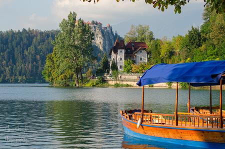 Lake Bled - Bled Castle & gondola - foto door Christa66 op 15-04-2021 - locatie: 4260 Bled, Slovenië - deze foto bevat: bled, castle, gondola, herfst, meer, slovenië, water, water, lucht, fabriek, wolk, boot, waterscooters, gebouw, boom, boten en varen - uitrusting en benodigdheden, voertuig