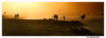 """A day at the beach - Wat de titel zegt.  Bedankt voor de reacties op """"On the bike"""" - foto door mgompie op 10-04-2021 - deze foto bevat: strand, mgompie, maasvlakte, wind, kitesurfen, lucht, water, wolk, mensen in de natuur, natuurlijke omgeving, zonlicht, lichaam van water, schemer, zonsopkomst, mensen op het strand"""