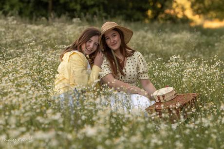 Vriendinnen in zomers wilde bloemen veldje