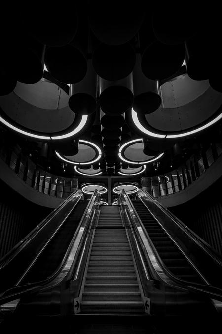 Pannenhuis - metro - foto door eline-solia op 03-05-2021 - deze foto bevat: zwart, flitsfotografie, gebouw, zwart en wit, trap, symmetrie, parallel, tinten en schakeringen, lettertype, duisternis