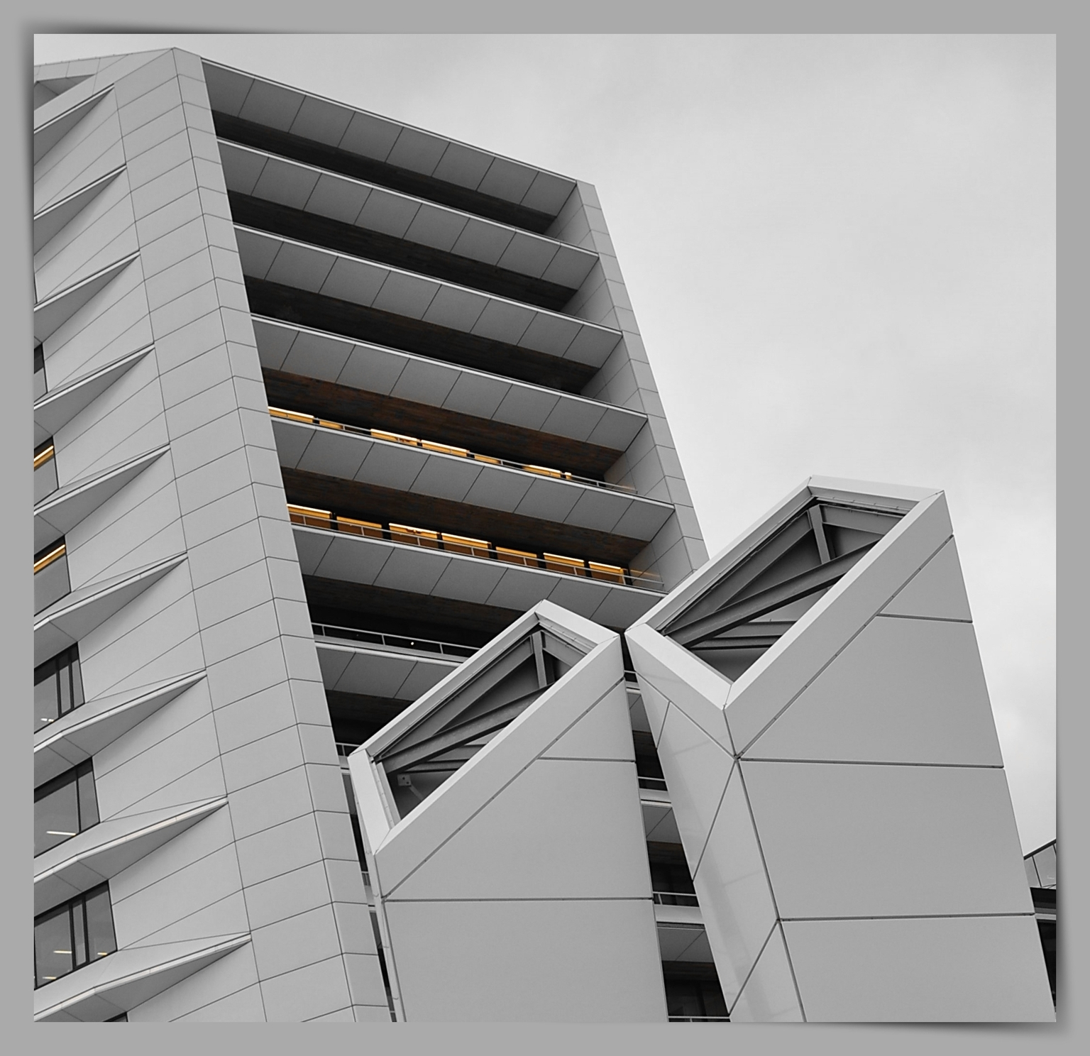 Architectuur - Amsterdam  - Veilig een rondje fietsen tijdens de Corona kan geen kwaad . .   Nieuwbouw in de Houthavenkade . .       Weer bedankt voor de mooie reac - foto door 1103 op 15-04-2021 - locatie: Amsterdam, Nederland - deze foto bevat: architectuur - lucht, kokers, gebouw, rechthoek, torenblok, stedelijk ontwerp, condominium, samengesteld materiaal, facade, commercieel gebouw, toren, armatuur