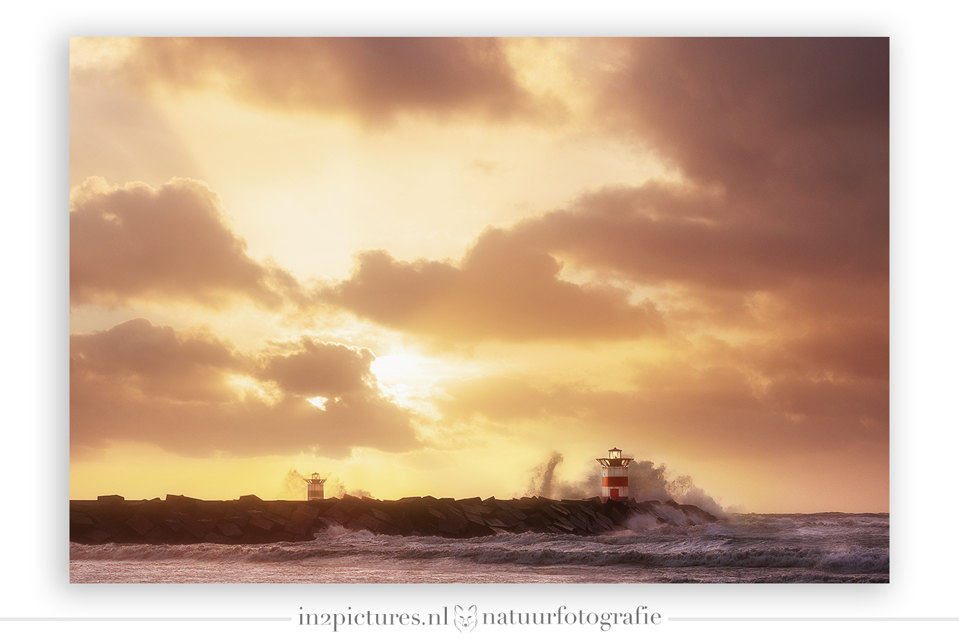 Storm op Scheveningen - Tweede paasdag in Scheveningen. Ik had op de bank kunnen gaan zitten met een zak paaseitjes. Maar nee, samen met @deborah_valerie_s trok ik mijn wind - foto door in2picturesnature op 08-04-2021 - locatie: Scheveningen, Den Haag, Nederland - deze foto bevat: scheveningen, storm, wind, golven, zee, zonsondergang, landschap, vuurtoren, gouden uurtje, wolk, lucht, atmosfeer, water, natuurlijk landschap, nagloeien, zonlicht, atmosferisch fenomeen, rechthoek, zonsopkomst