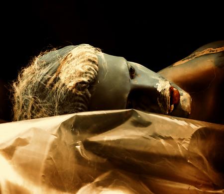 garçon de vitrine - straatfotografie - foto door c.buitendijk53 op 08-04-2021 - locatie: Amsterdam, Nederland - deze foto bevat: etalgepop, straat,, straatfotografie, menselijk lichaam, heeft, evenement, cg-illustraties, metaal, menselijk been, kunst, vleugel, elleboog, macrofotografie