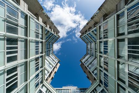 Den Haag 1 - XXX - foto door Jaap93 op 13-04-2021 - locatie: Den Haag, Nederland - deze foto bevat: den haag, wolk, lucht, gebouw, dag, venster, azuur, blauw, torenblok, wolkenkrabber, condominium