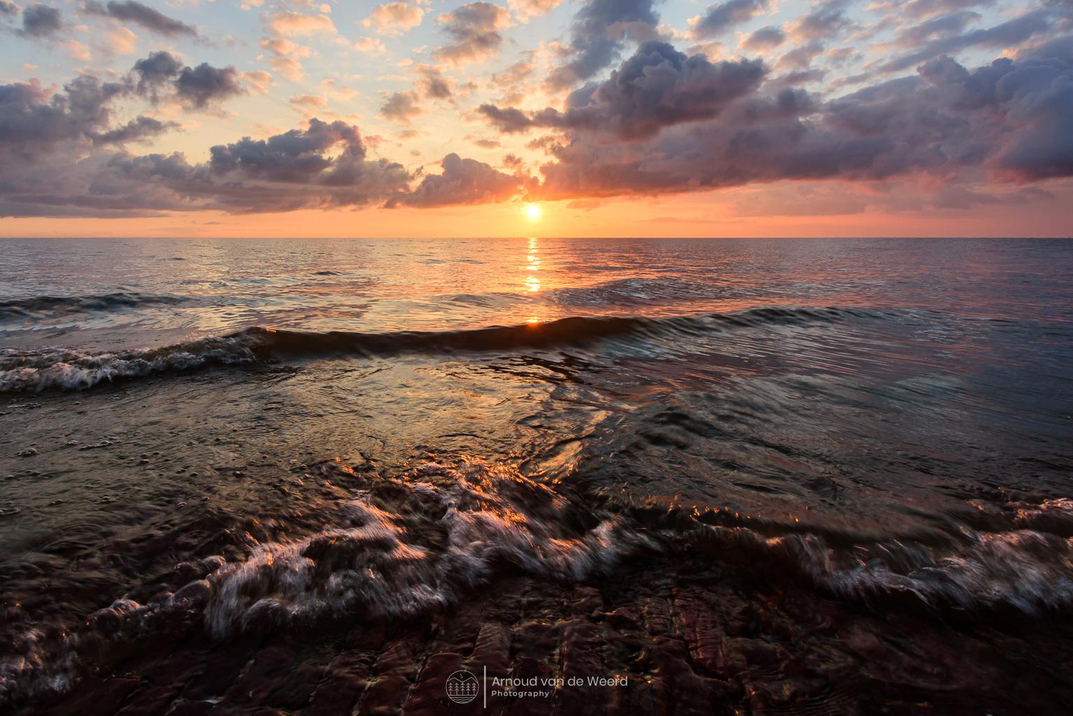 Morning Bliss - Wat een geweldige manier om de dag te beginnen met deze omstandigheden aan de waterkant! Fijn weekend en dank voor alle reacties op mijn vorige foto. - foto door Arnoud78 op 17-04-2021 - locatie: 1135 Edam, Nederland - deze foto bevat: landschap, waterkant, water, zonsopkomst, kust, wolken, seascape, zon, golven, edam, noord-holland, wolk, water, lucht, atmosfeer, watervoorraden, nagloeien, natuurlijk landschap, vloeistof, zonlicht, strand