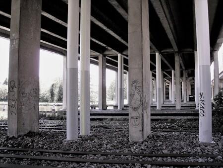 Viaduct - Onder de weg. - foto door Jongelensen op 11-04-2021 - locatie: Amsterdam, Nederland - deze foto bevat: zwart-wit, weg, hout, zwart en wit, schaduw, houtachtige plant, symmetrie, oriëntatiepunt, tinten en schakeringen, kolom, rechthoek, monochrome fotografie