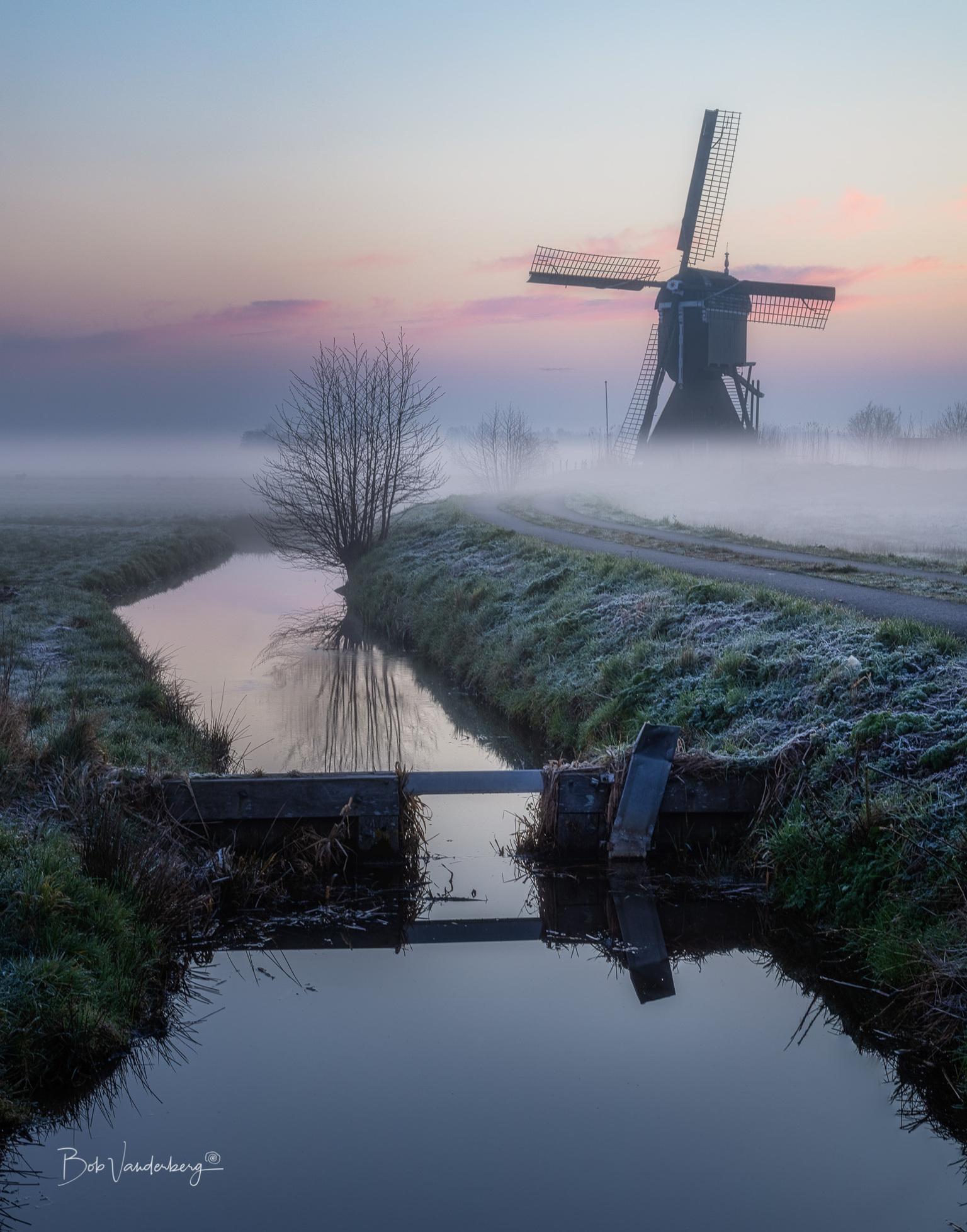 Misty Morning - In maart gemaakt op een heerlijke ochtend.  - foto door vandenberg.bjj op 10-04-2021 - locatie: 2959 Streefkerk, Nederland - deze foto bevat: streefkerk, molen, hollands landschap, ochtend nevel, broekmolen, water, lucht, wolk, fabriek, natuur, natuurlijk landschap, natuurlijke omgeving, schemer, voertuig, lichaam van water