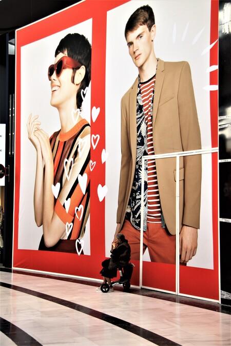 Even uitrusten  - Even uitrusten  in het mega winkelcentrum in Leidschendam    - foto door AJ62 op 18-04-2021 - locatie: Leidschendam, Nederland - deze foto bevat: straatmode, mode, mouw, stropdas, stijl, brillen, stoer, kunst, lettertype, mode ontwerp