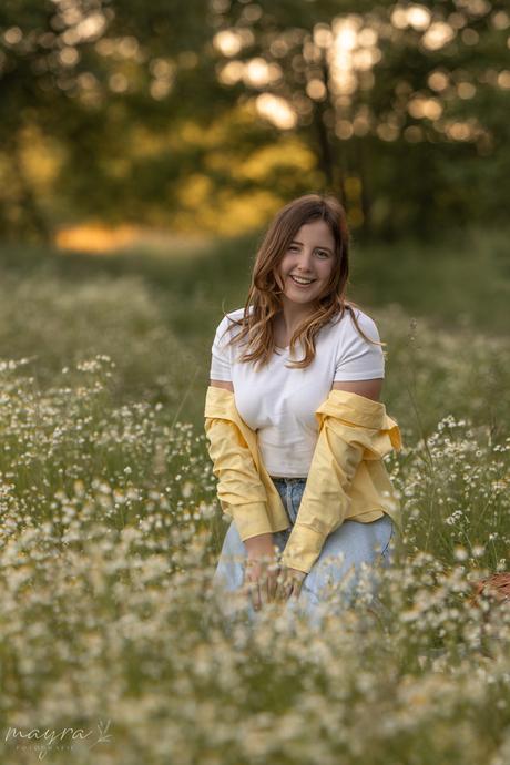 Zomers portret van meisje tussen wilde bloemen tijdens het gouden uurtje door Mayra Fotografie