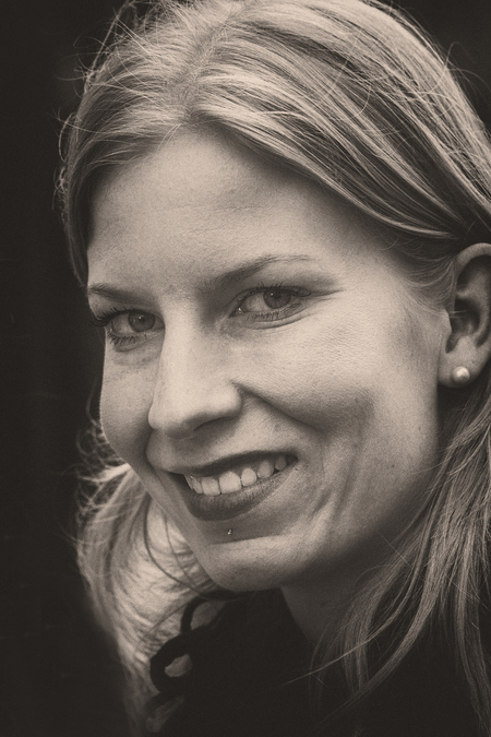 Ain't no way - Ergens in Amsterdam maar zou niet meer weten waar. Nog twee maanden te gaan voor ik mijn hand mag gebruiken dus nog steeds uit de oude doos Gr.Rob Ee - foto door RobNagelhout op 14-04-2021 - deze foto bevat: straat, amsterdam, zwart/wit, macro 180mm, vrouw, ogen, haar, voorhoofd, neus, glimlach, lip, kin, wenkbrauw, wimper, flitsfotografie, tand, kaak