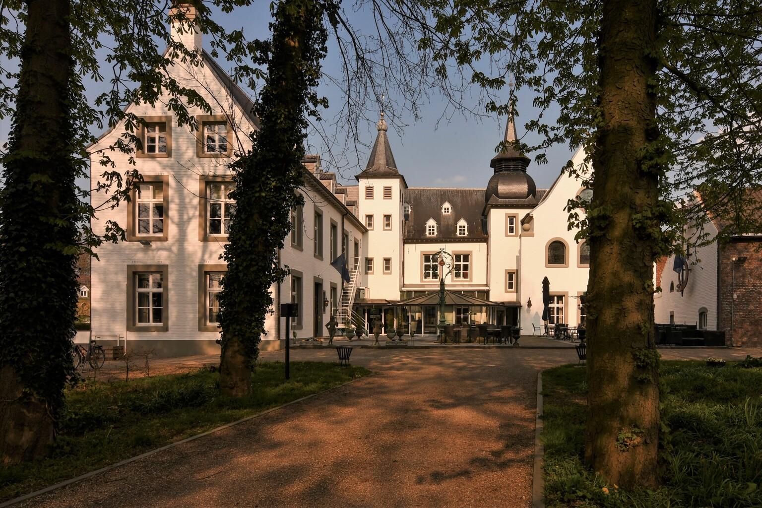 Kasteel Doenrade - Kasteel Doenrade (oorspronkelijk Doonderhuuske genoemd) werd gebouwd rond 1117 en is daarmee één van de oudste kastelen van Limburg.  Enorm bedankt v - foto door ManuelaDols op 21-04-2021 - locatie: 6438 AA Klein- Doenrade, Nederland - deze foto bevat: kasteel, kasteel doenrade, doenrade, klein doenrade, landschap, limburg, manuela dols, fabriek, gebouw, lucht, venster, eigendom, boom, gras, woongebied, facade, tinten en schakeringen