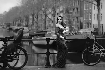 Prachtige mama in de grote stad - Prachtige mama to be in Amsterdam. - foto door ChristinePandel op 08-04-2021 - locatie: 1012 ZZ Amsterdam, Nederland - deze foto bevat: zwangerschap, zwangerschapsshoot, mommytobe, love, expecting, maternity, fiets, band, wiel, fietswiel, voertuig, fietsstuur, fietsband, fietsen - uitrusting en benodigdheden, fietsframe, zwart