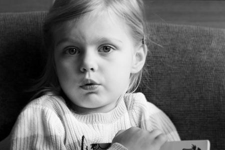 Lotte - Mijn dochter gewoon met een boekje op de bank. Ik vond het licht hier wel mooi!  - foto door LisetteMoetewiel op 11-04-2021 - deze foto bevat: daglicht, meisje, kind, niet geposeerd, binnen, ogen, neus, wang, huid, lip, kin, wenkbrauw, fotograaf, oog, orgaan, zwart