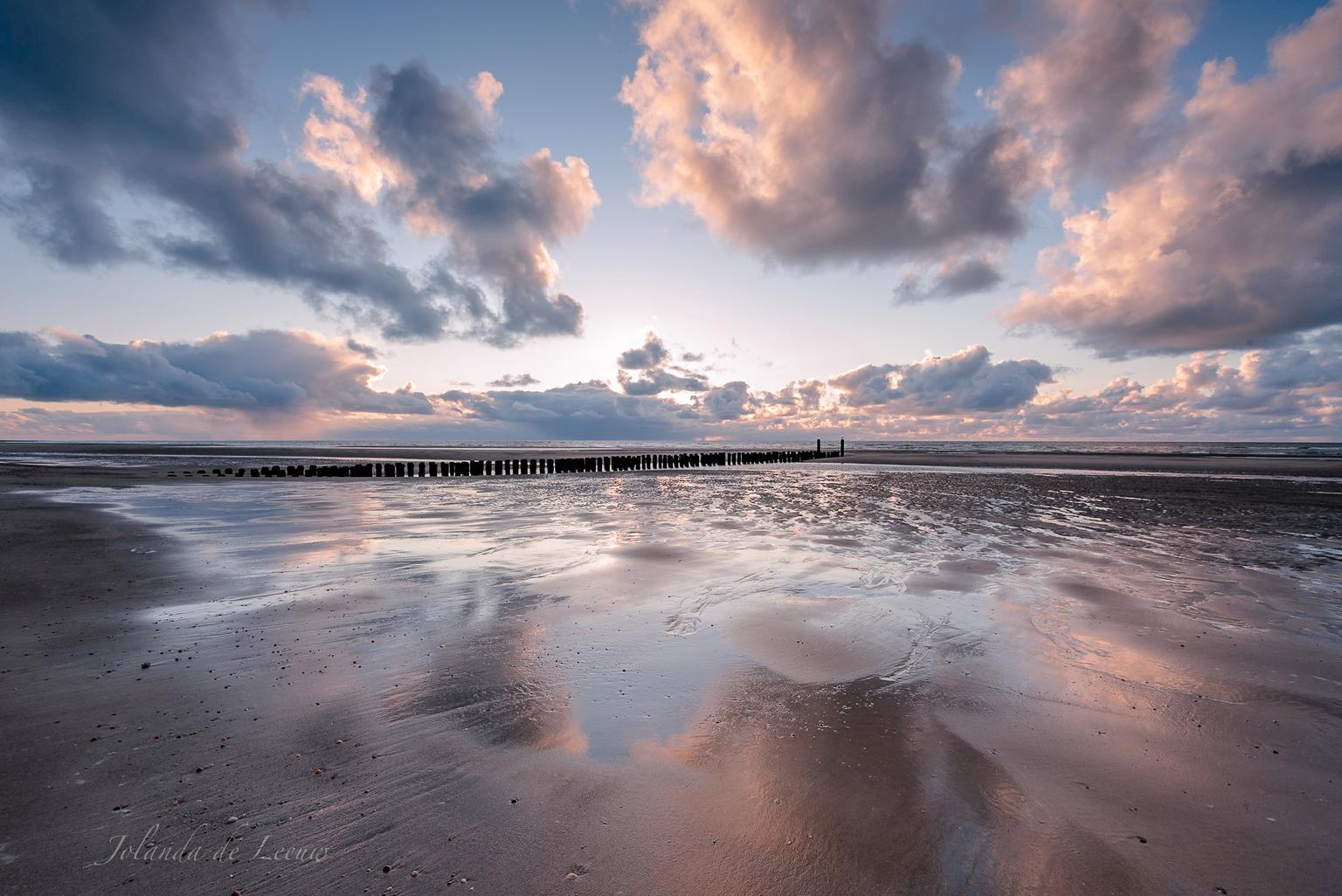 Beach reflection  - Bij laag water op het strand krijg je mooie reflecties in het nog natte zand   - foto door JolandadeLeeuw op 15-04-2021 - deze foto bevat: strand, reflectie, zand, wolken, zeeland, zeeuwsekust, zee, zonsondergang, wolk, water, lucht, atmosfeer, dag, azuur, vloeistof, zonlicht, vloeistof, nagloeien