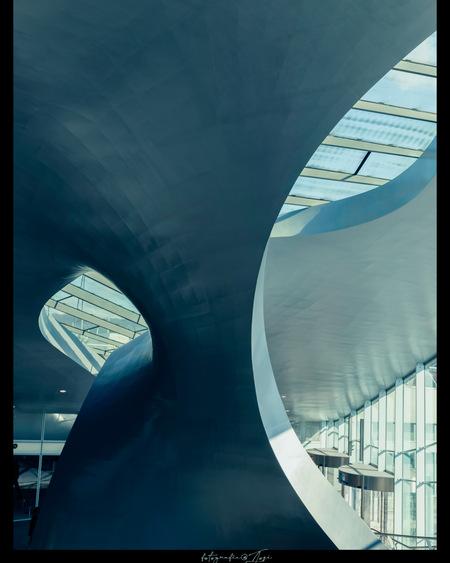 Station Arnhem - Station - foto door contessa2 op 10-04-2021 - locatie: Stationsplein 166, 6814 DP Arnhem, Nederland - deze foto bevat: rechthoek, kunst, tinten en schakeringen, lettertype, samengesteld materiaal, glas, stedelijk ontwerp, armatuur, elektrisch blauw, cirkel