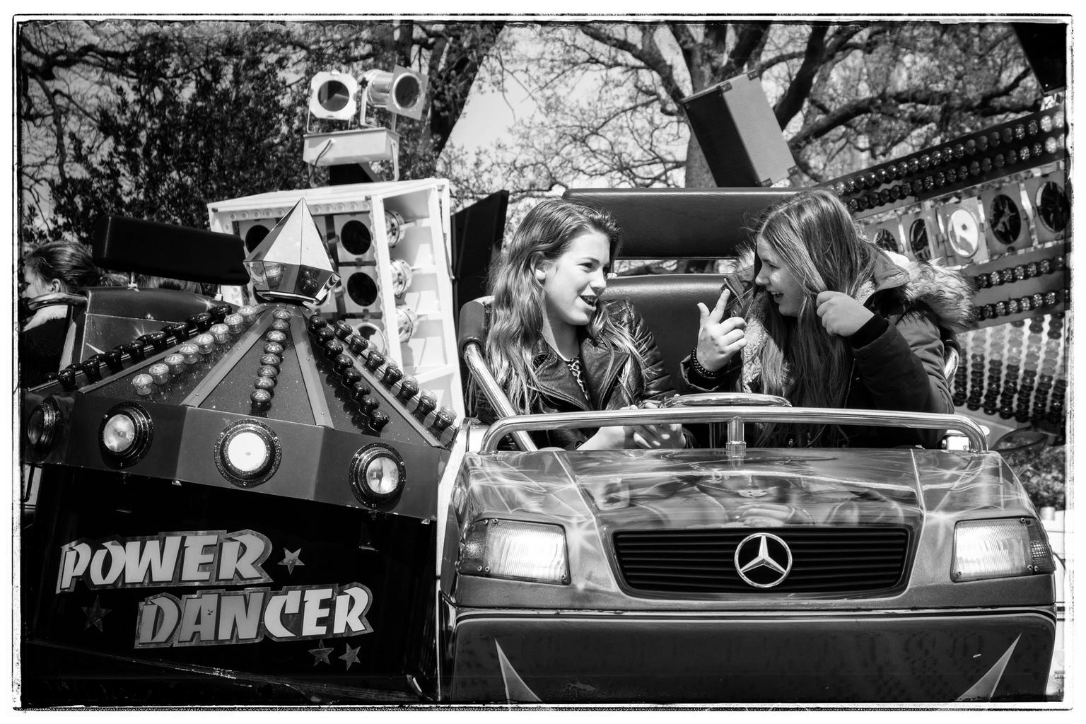 Op de kermis - April 2019 - foto door renewolf_zoom op 10-04-2021 - deze foto bevat: voertuig, fotograaf, kentekenplaat van het voertuig, wit, kap, motorvoertuig, zwart, automotive ontwerp, zwart en wit, auto