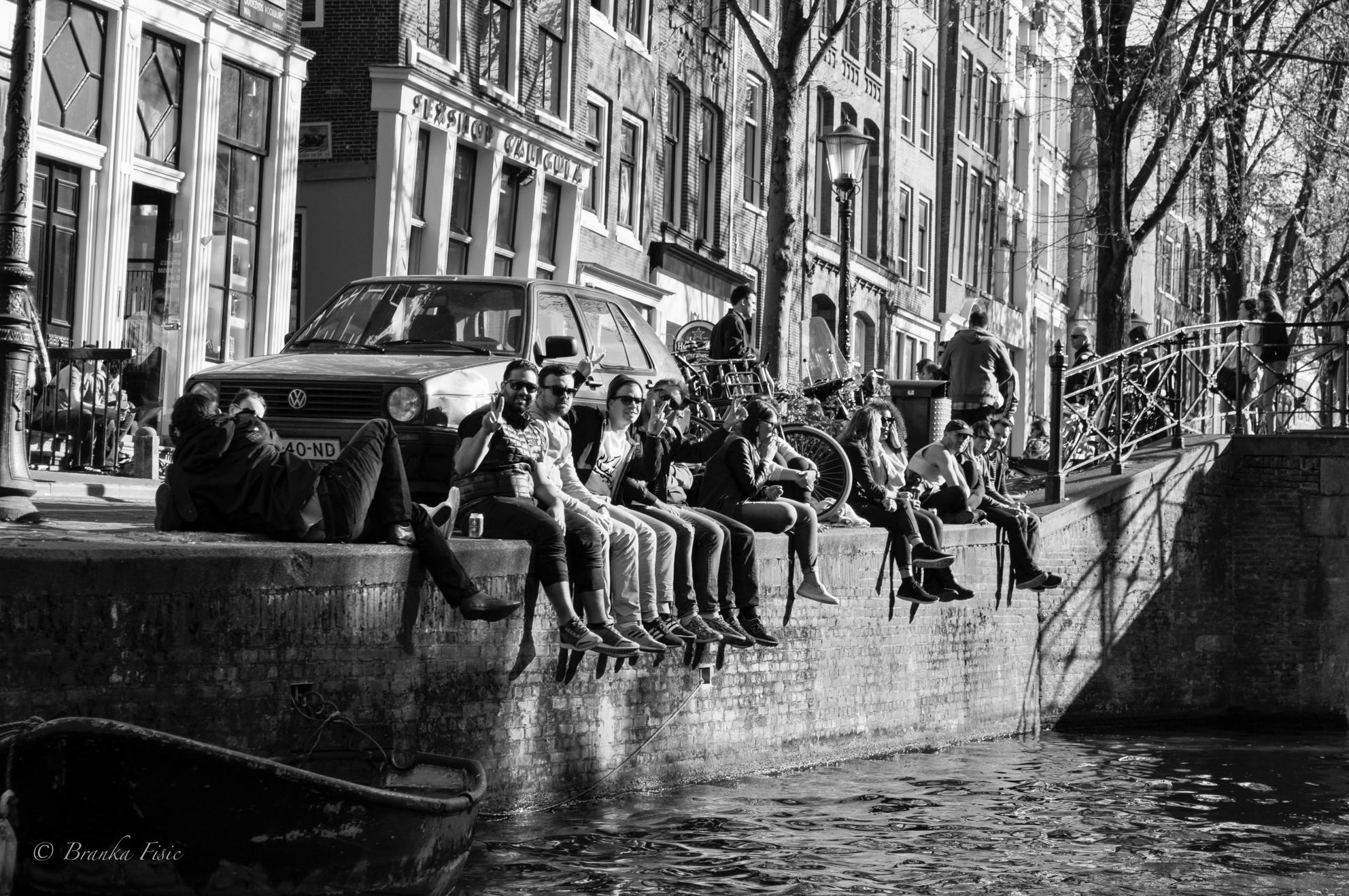 Aan de Amsterdamse grachten - Samen chillen - foto door branka op 07-04-2021 - locatie: Amsterdam, Nederland - deze foto bevat: amsterdam, grachten, water, voertuig, gebouw, motorvoertuig, boot, auto, vervoermiddel, zwart en wit, stijl, venster