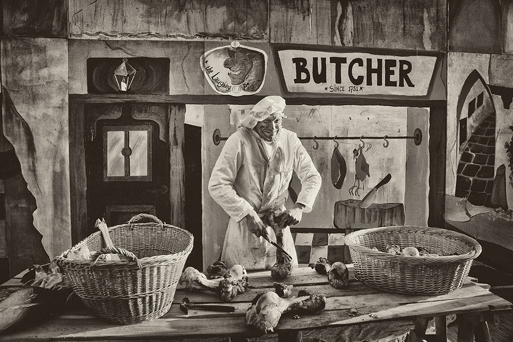 """Dickens day - Voor 'n hiervoor """"special"""" geplaatst achtergrondje. - foto door jandehaan_zoom op 10-04-2021 - locatie: Drunen, Nederland - deze foto bevat: x, voedsel, fotograaf, wit, zwart, heeft, opbergmand, venter, stijl, hoofddeksel, mand"""