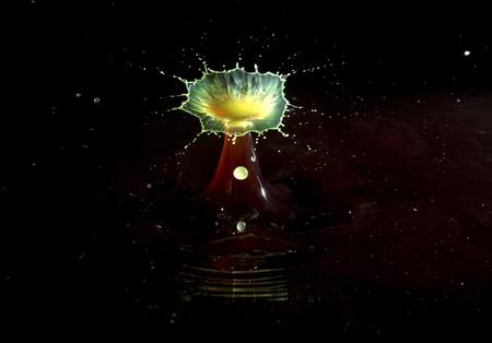 Druppel - Druppel fotgrafie. Twee druppels die op elkaar spatten. - foto door jp-pictures op 11-04-2021 - deze foto bevat: vloeistof, astronomisch object, lettertype, kunst, gas, cirkel, vermaak, middernacht, ruimte, evenement