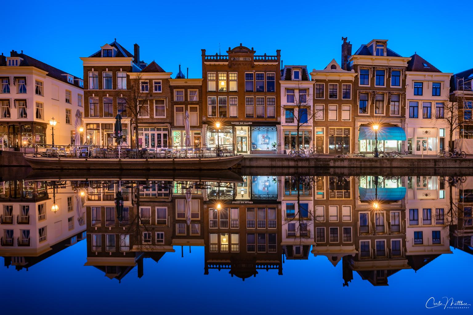 Leiden in Lockdown - Reflecties tijdens het blauwe uur in het mooi binnenstad van Leiden, - foto door carlamatthee op 11-04-2021 - locatie: Nieuwe Rijn, Leiden, Nederland - deze foto bevat: stadsgezicht, blauwe uuur, reflecties, avondfotografie, langesluitertijd, stad, leiden, lockdown, water, lucht, gebouw, blauw, venster, azuur, meer, schemer, brug, woongebied