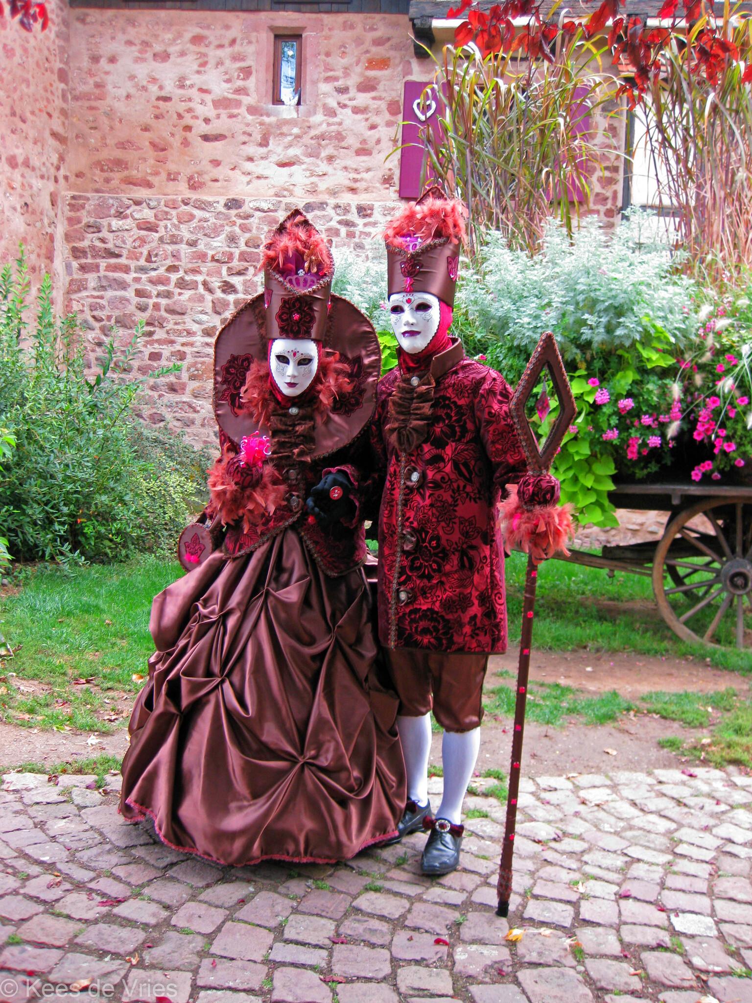 Elzas 2012 - Venetiaanse Parade in Riquewihr in de Elzas - foto door KdV59 op 05-05-2021 - locatie: 68340 Riquewihr, Frankrijk - deze foto bevat: fabriek, venster, roze, wiel, magenta, evenement, fictief personage, gras, heeft, traditie