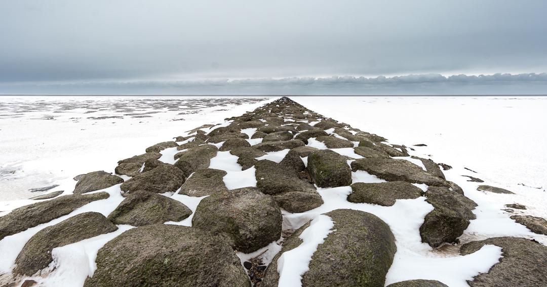 Besneeuwde Pier - Winters beeld van een pier in de Waddenzee. - foto door PietJetse op 10-04-2021 - locatie: 8851 RM Koehool, Nederland - deze foto bevat: sneuw, pier, stenen, rot, wolken, winter, koud, wadden, waddenzee, lucht, wolk, sneeuw, fabriek, natuurlijk landschap, bevriezing, atmosferisch fenomeen, boom, ijskap, landschap