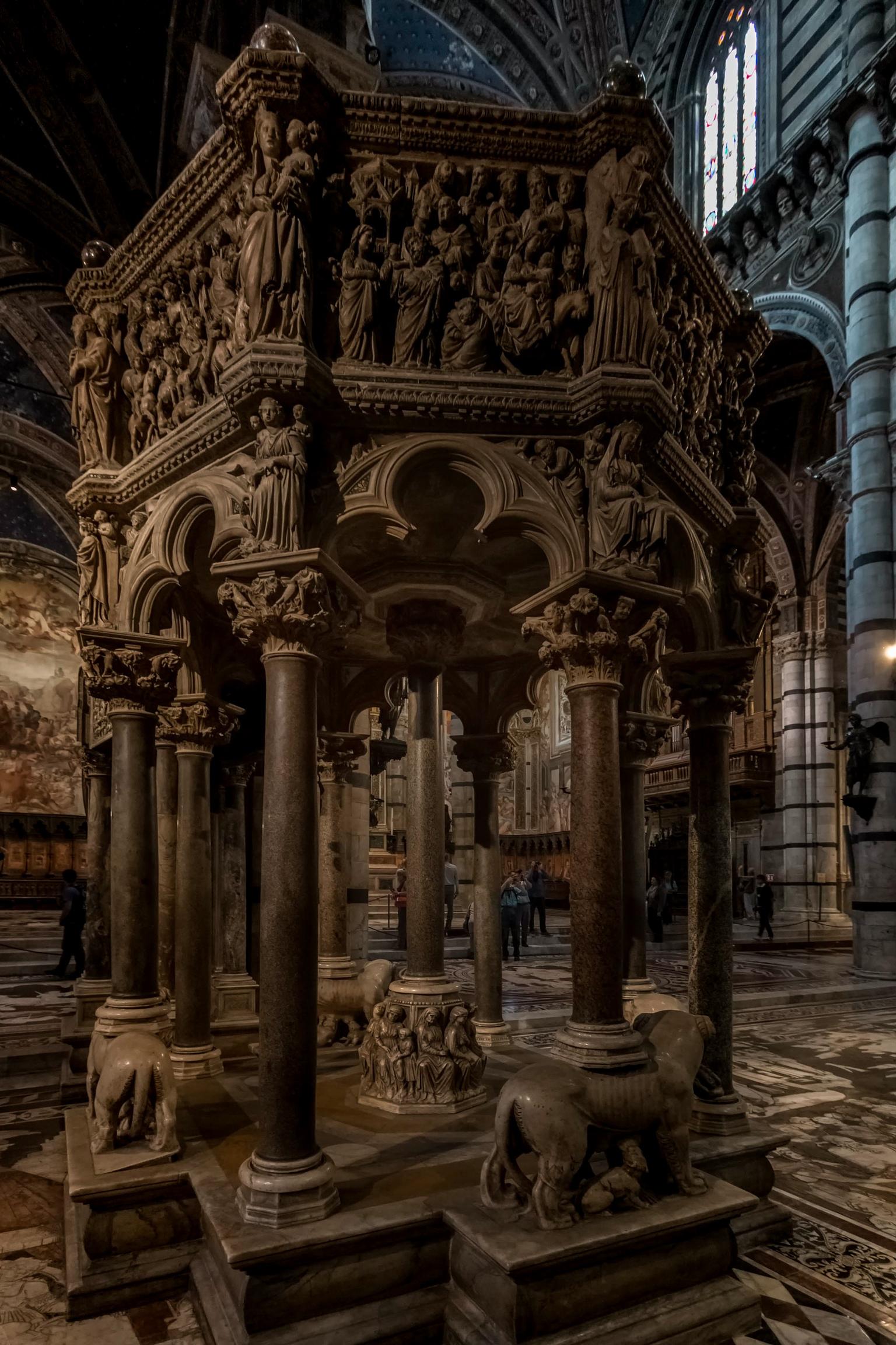 Duomo - Pisa, Italia - foto door RobMenting op 14-04-2021 - locatie: Pisa, Italië - deze foto bevat: pisa, italië, tempel, muur, venster, lettertype, symmetrie, facade, gebouw, kunst, beeldhouwwerk, kolom